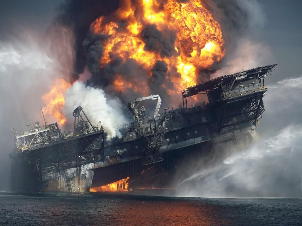 เหตุแท่นขุดน้ำมัน Deepwater Horizon ระเบิดในปี 2010 ที่มาภาพ: http://scriptshadow.net/wp-content/uploads/2014/08/rUNFYnD.jpg