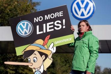 นักกิจกรรมจากกรีนพีซกับป้ายประท้วง Volkswagen ที่มาภาพ: http://www.businessinsider.com/this-is-the-real-cause-of-the-vw-cheating-scandal-2015-10